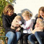 Lilian en haar drie dochters op bezoek, wat genoten ze met z'n allen van de pups!